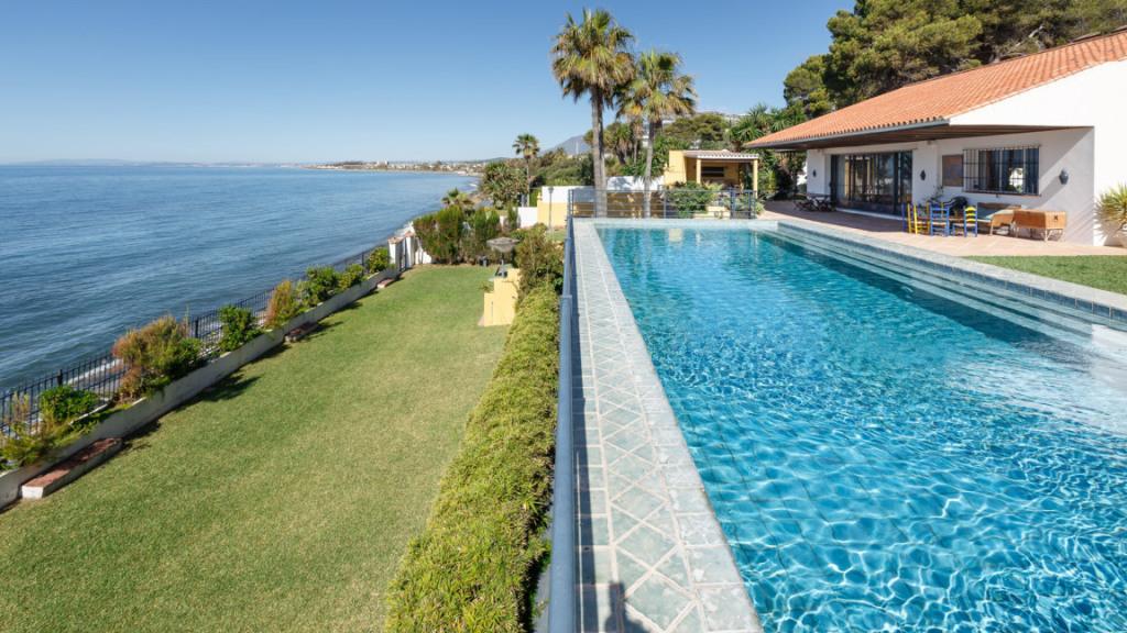 Venta de Villa en primera línea de playa Estepona - Gilmar