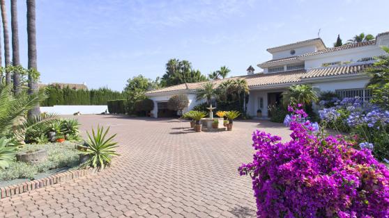 Villa sobre 6.000 m2 de parcela en Guadalmina Baja - Gilmar